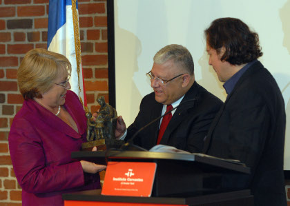 Mario Paredes, Chairman of the Board of Gabriela Mistral Foundation presents President Bachelet with a sculpture of Gabriela Mistral